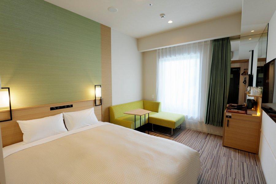 お部屋も明るいイメージの内装。ダブルベッドでゆっくりと眠られるだけでなく、ちょっとした食事や読書を楽しめるデスクと椅子も完備。空間にもゆとりがあり、ホテルで暮らしていることを忘れてしまいそうです。