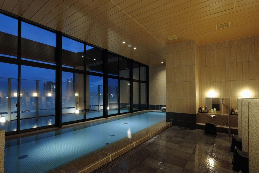 サウナから見える夜景を楽しむ時間は、なんて贅沢なんでしょう。内風呂も広々。まるでリゾートホテルで暮らしているような感覚で過ごすことができそうです。