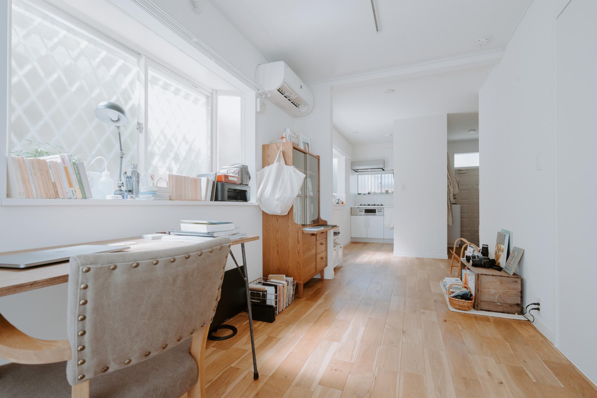 窓側から見ると、奥にキッチンがある間取り。キッチン側の窓を開けることで、ベランダ側とキッチン側で風の通り道がしっかりできるお部屋の形です。