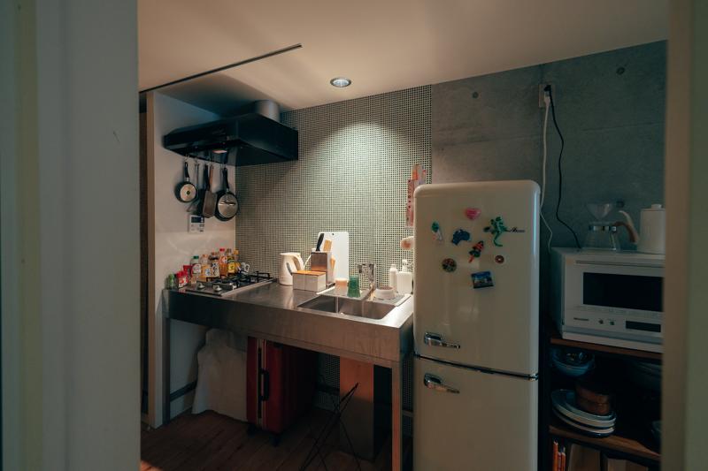 空気がこもっているな、と感じたらキッチンの換気扇を使いましょう。キッチンが丸見えなのはちょっと……という場合には、こうして薄手のカーテンで仕切るアイディアも、真似したいですね。