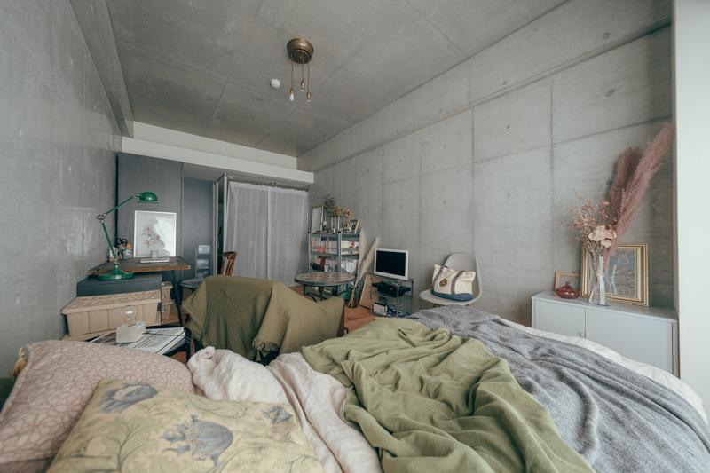 写真右手に大きな窓のある、一般的なワンルームマンション。カーテン奥の仕切りの向こうに、キッチンがあります。