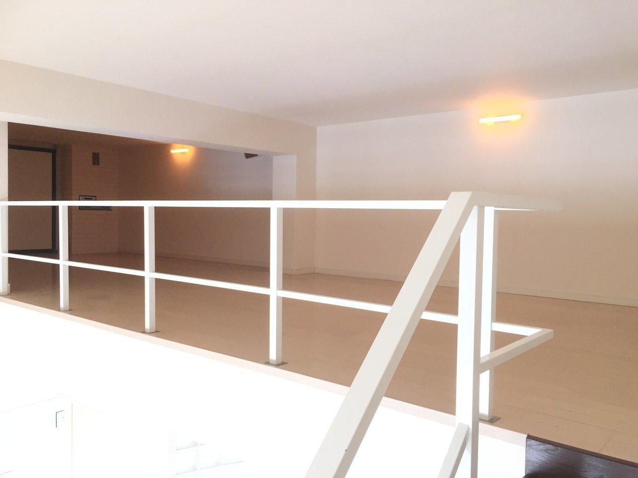 階段を登った先はロフト。天井は低いですが奥行きのあるスペースが広がっていて……