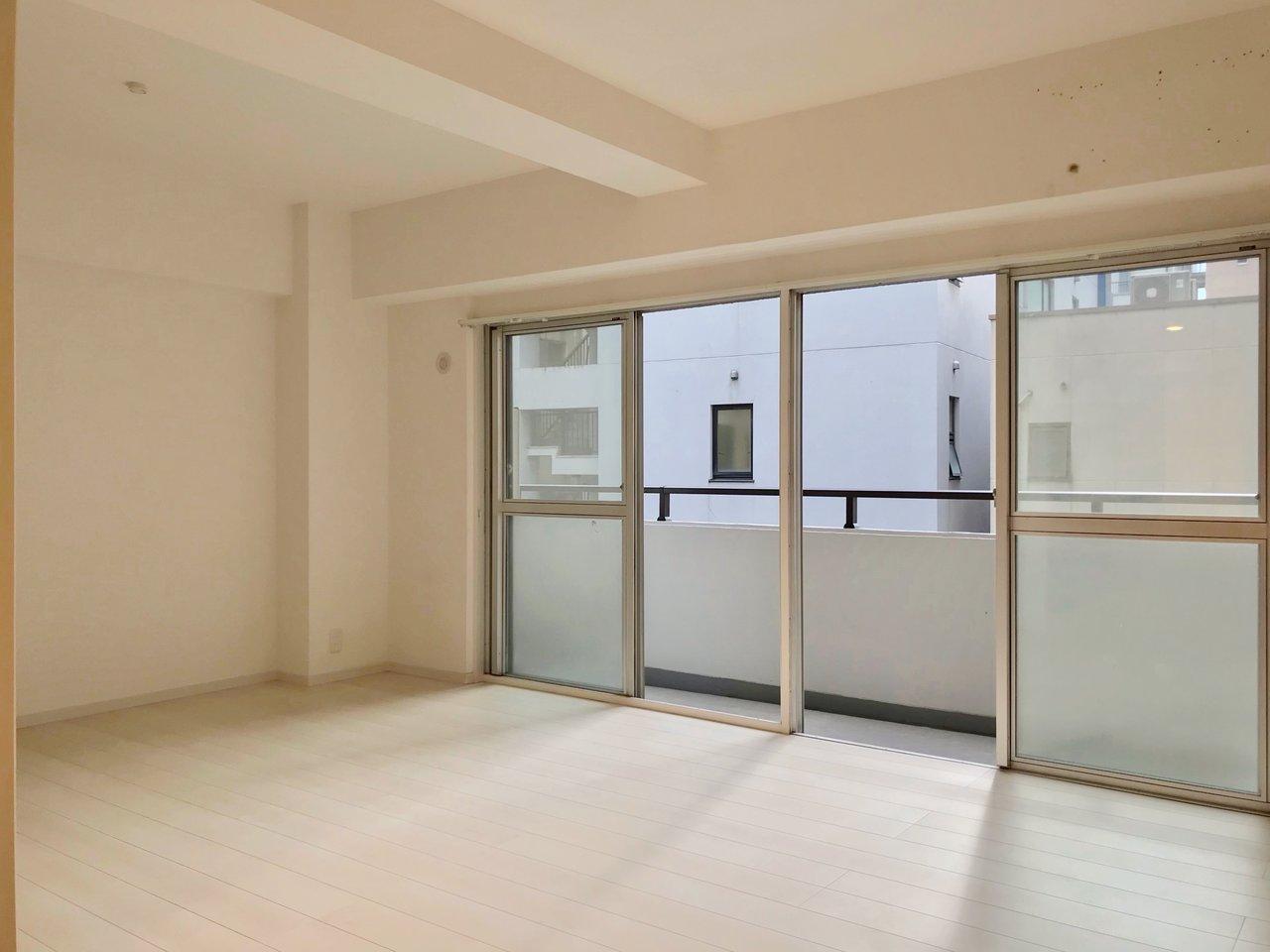 天神徒歩10分圏内にあるヴィンテージマンション。2部屋をひとつに繋げたような間取りになっていて、とにかくスペースがゆったりとしているのが特徴です。
