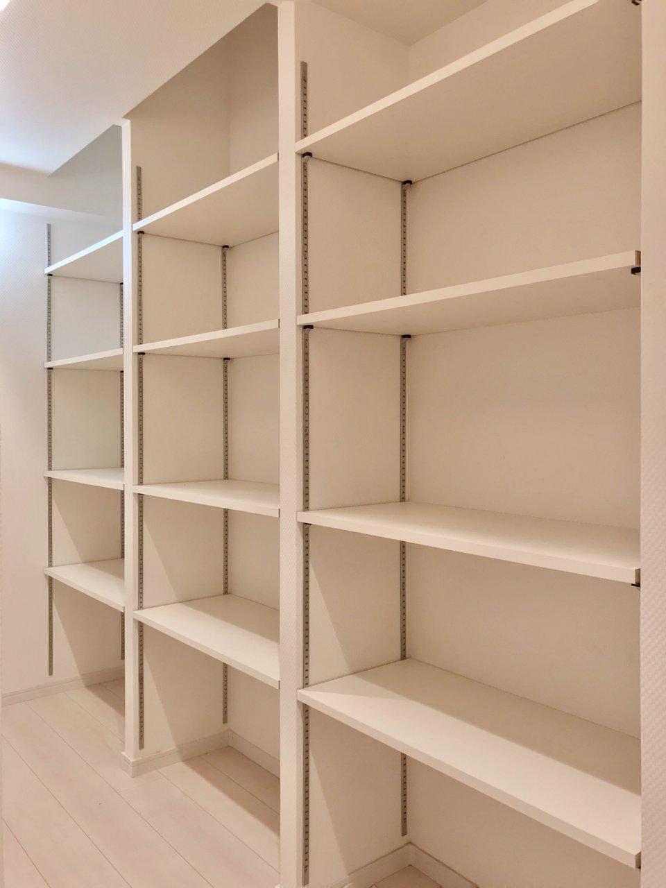 たくさんの棚のあるウォークインクローゼットが嬉しい!棚板も動かせるので、収納したいものに合わせて使えますね。