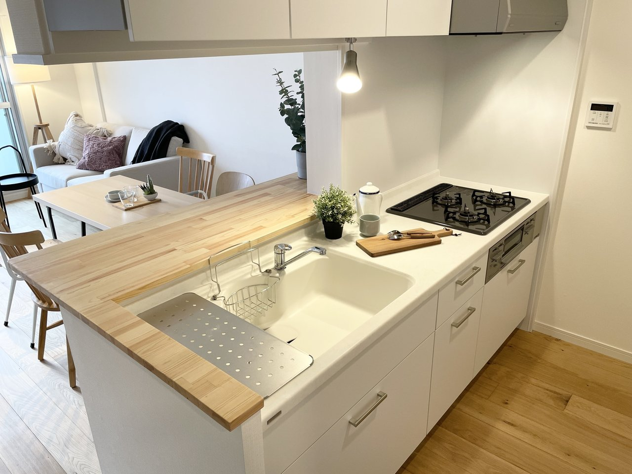 間取りは大きく変えていませんが、キッチンは真っ白のデザインキッチンに変更。こちらも好評です。