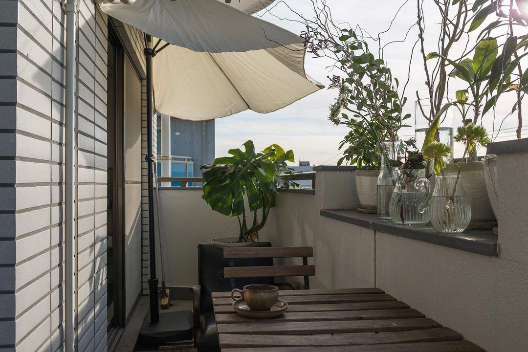 ベランダのちょっとしたスペースにも植物を飾ります。家にいる時間が増える中で、ベランダで過ごす時間は大切な息抜きになっているそう。