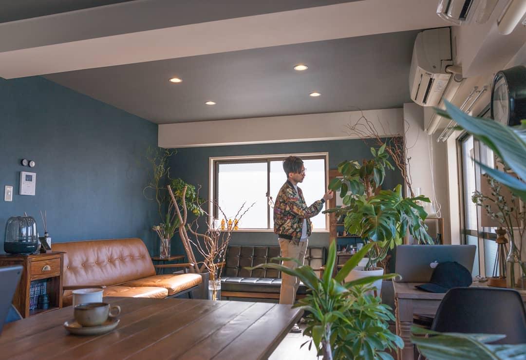 部屋ごとに異なるテイストのリノベーションがされているマンション。Itakuraさんのお部屋は、アクセントクロスにブルーグレー、グレーの天井にダウンライトがついて大人な雰囲気になっています。