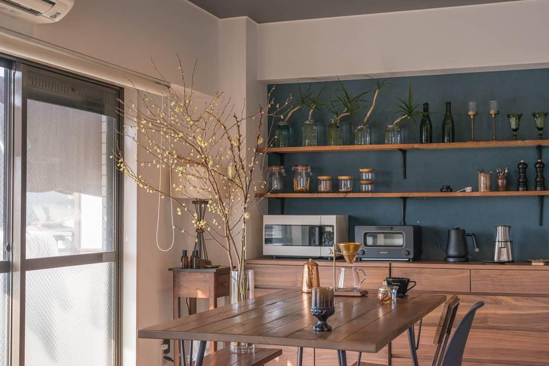 ダイニングテーブルもACME FURNITURE。飾り棚の下のチェストは、無印良品のウォールナット材チェスト。