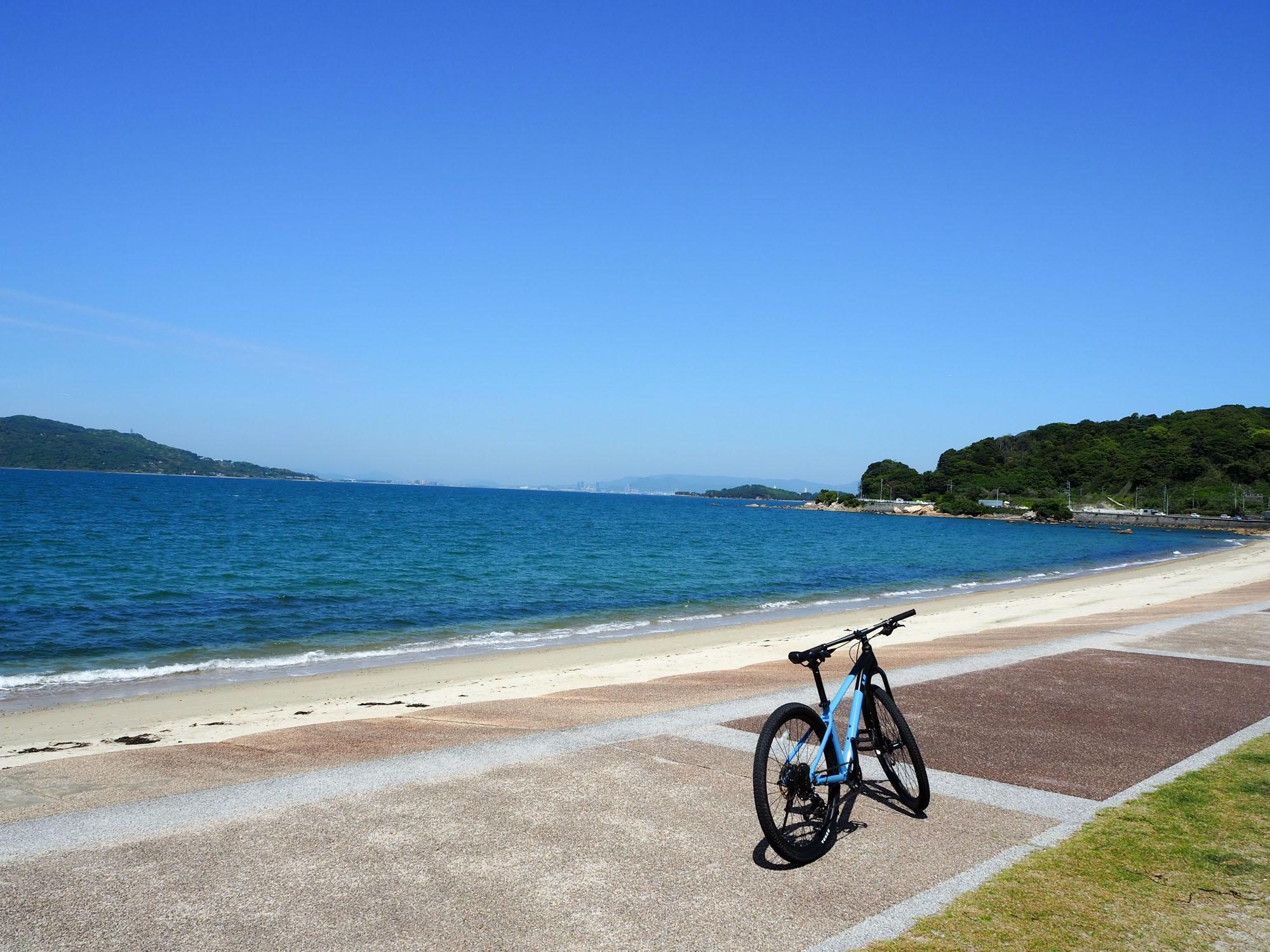 長垂海浜公園:海の向こう側には福岡市の東部「海ノ中道」が見えます。