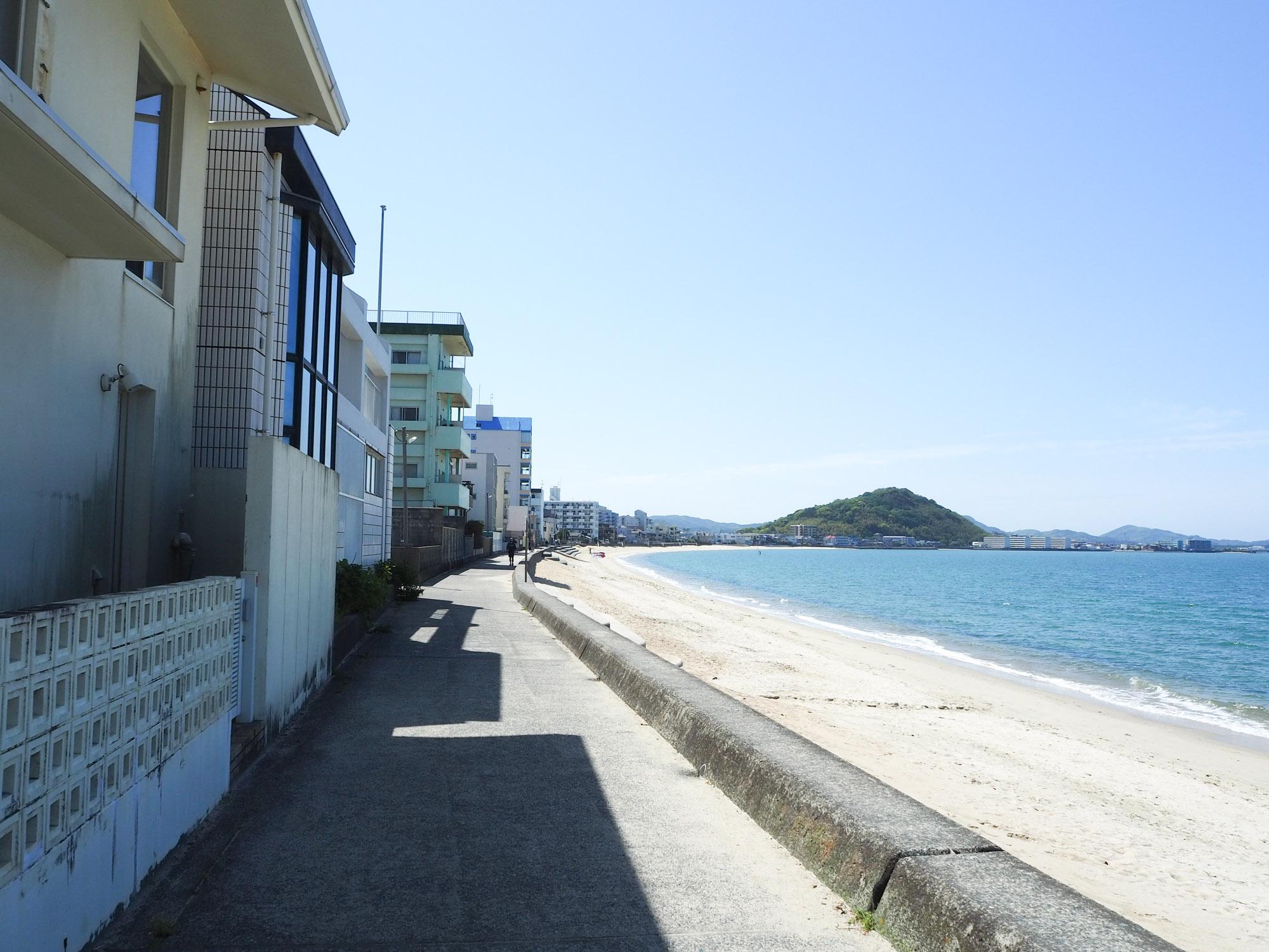 長垂海浜公園を抜けて、海沿いの道を走ります。 波の音を聞きながら自転車を漕いでいると、時の流れがゆっくりと感じます。 ここは砂浜の砂で滑りやすいので気を付けて走ってくださいね。