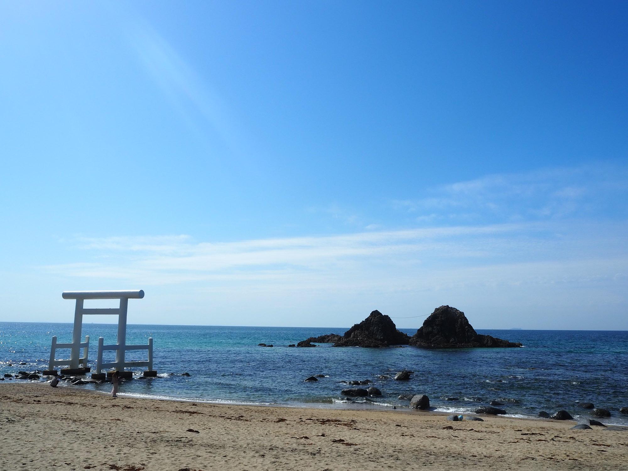 白い鳥居と、2つ仲良く並んだ岩がとても絵になるスポットです。