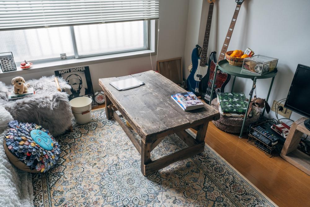 同じくtokyo danceで購入したローテーブルは元あんこ工場で使われていたもの。脚の長さは当時と異なるものの、歴史を感じる天板が魅力的です。 「目の前のテレビを見る時や、イラストを描く時など丁度良い高さで使い勝手は良いですね。」
