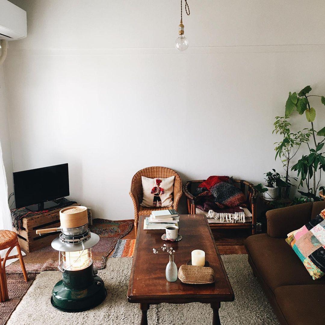 古いものがとても好きというNaoさん。リノベーションされて住みやすくなった団地の1室も、全部がまっさらではなく、建具やキッチンなど一部が古いまま残っているのは気に入っているポイントだそう。テーブルや椅子などの家具は、新しいものはほとんどなく、古道具屋さんなどで見つけて、ずっと長く使っているものが多いといいます。