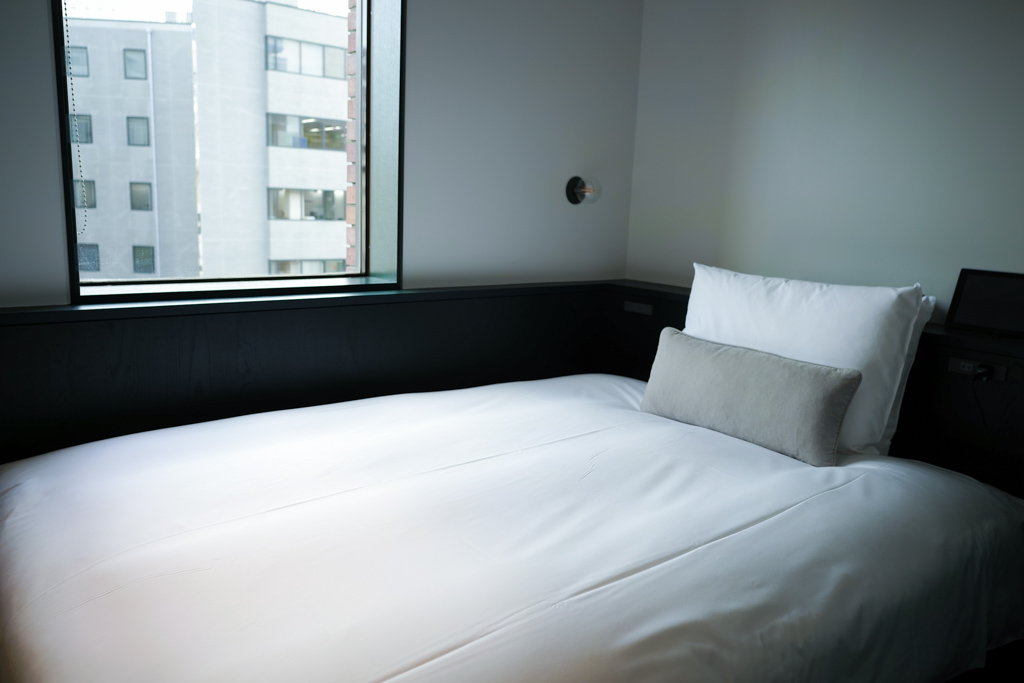 まずはベッド。日本の老舗ベッドメーカーの「フランスベッド社」の協力のもと、すべて特注品で製作されたものだそう。高密度のスプリングマットレスで、畳ほど硬くなく、柔らかすぎず、身体が沈み込みすぎないのが特徴で、ぐっすりと眠りにつくことができます。