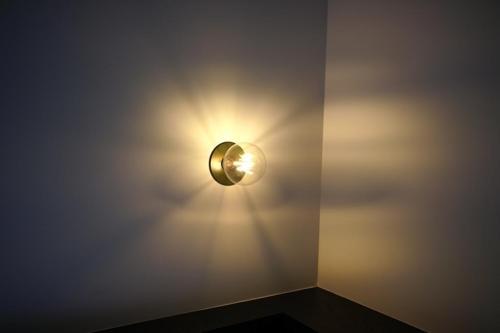 枕元のライトは調光が可能です。夜読書をする明るさにしたり、リラックスできる間接照明のような明るさにしたり。生活スタイルに合わせましょう。