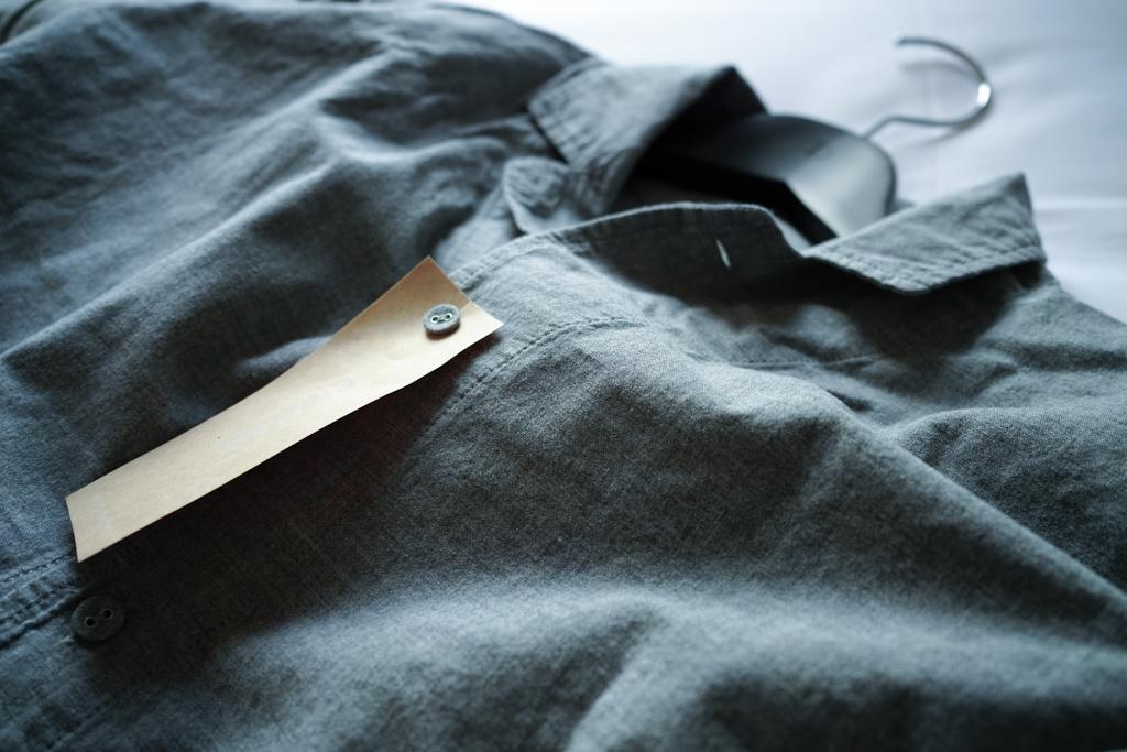 ルームウェアは肌触りの良いコットンの素材を使用しています。ユニセックスなデザインの、ワンピースタイプのもの。ズボンがなくても心許なさを感じず、リラックスして過ごすことができました。部屋の中にいる着心地を外に持ち出せる、ポータブルな空間としての衣服を提案するファッションデザインレーベル「HATRA」によるデザインです。