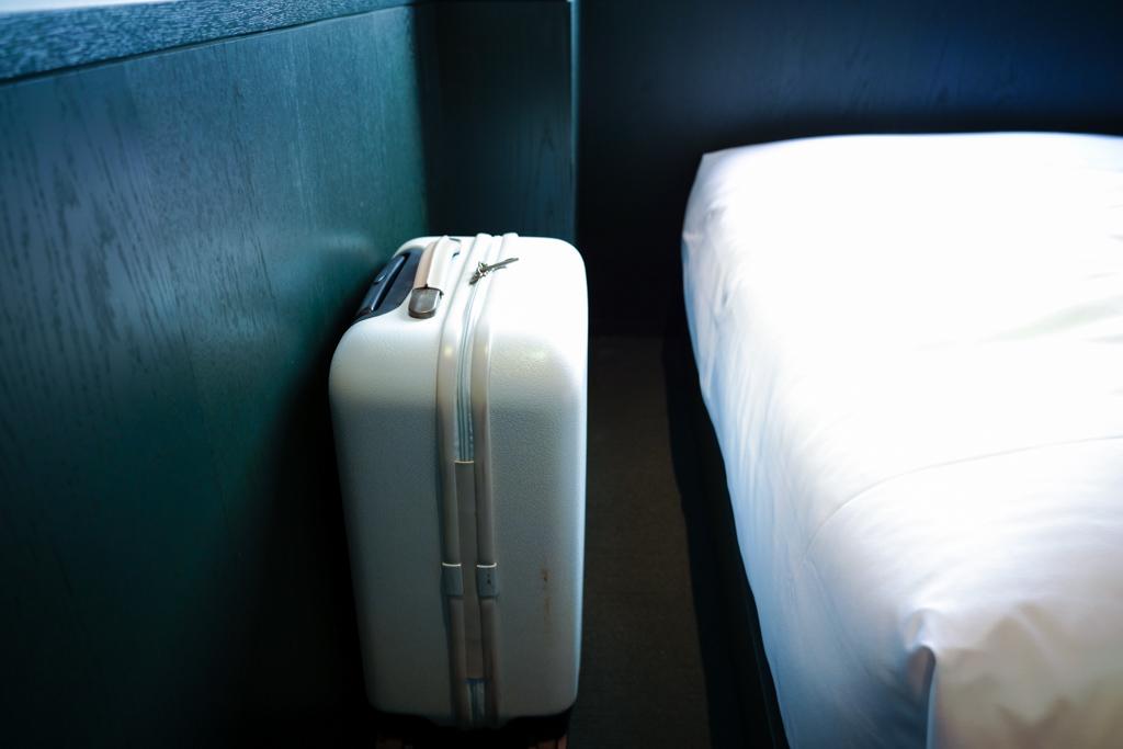 ベッド下の収納スペース。機内持ち込みサイズのトランクは楽に入り、まだ余裕があります