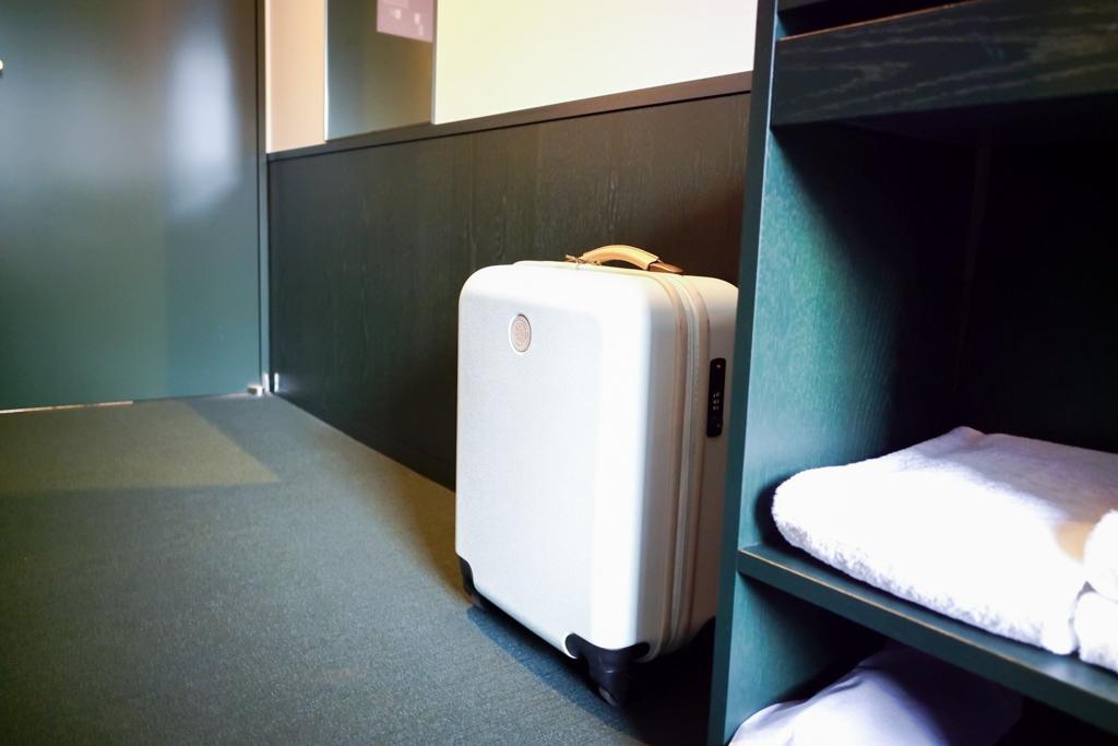廊下側にも荷物を置けるスペースはあります