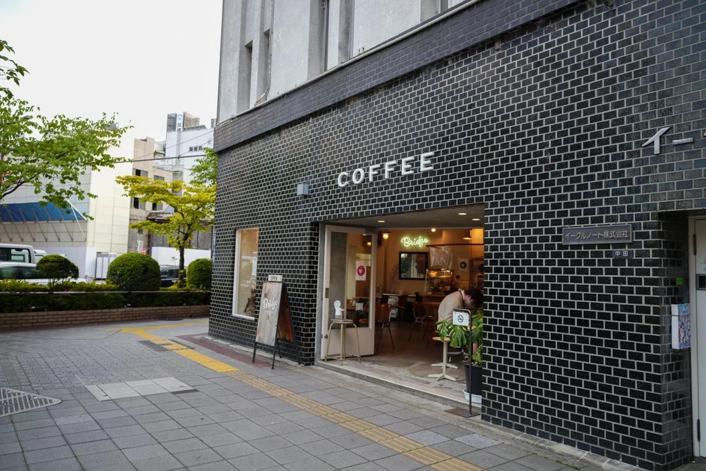 ホテル内にあるabnoだけでなく、最近はこだわりの豆を使用したコーヒーを提供しているカフェも増えています。DDDホテルのすぐ近所にある「ブリッジコーヒー」もその一つ。散歩がてら、コーヒーを片手に街を散策してみるのもいいですね