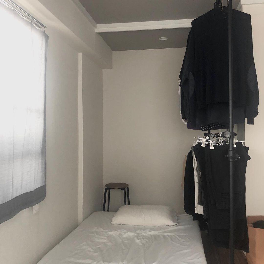 シンプルでざっくりとしたリノベのお部屋。ご自身で工夫されているところもたくさんあります。「収納」と書かれていた奥まったスペースは、扉やハンガーポールがなかったため、ベッドを置いて、自分で突っ張り式のハンガーラックを設置。目隠しと収納の一石二鳥になっています。