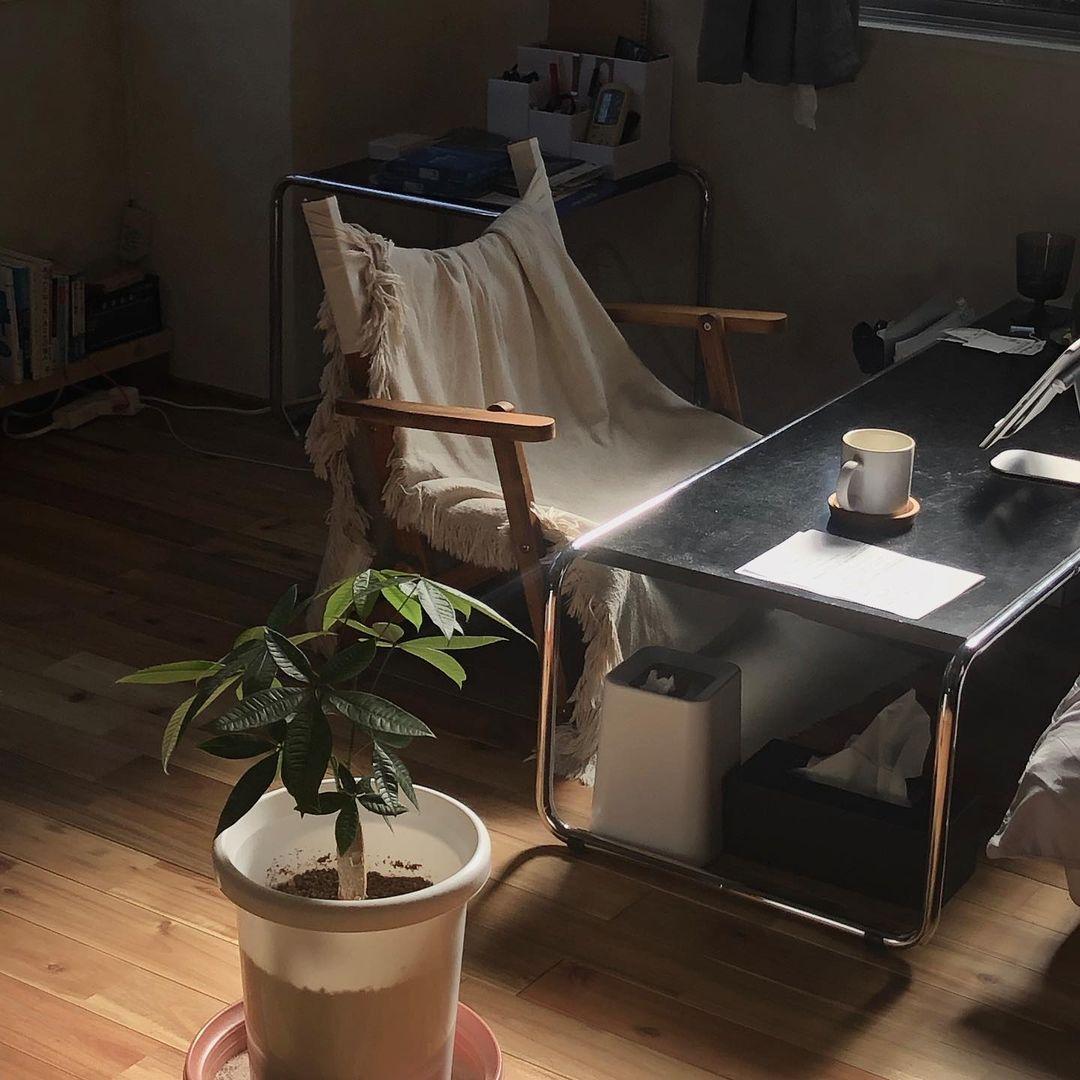 無垢フローリングのリノベーションワンルームでつくる「やわらかなインダストリアル」。8畳の一人暮らしインテリア