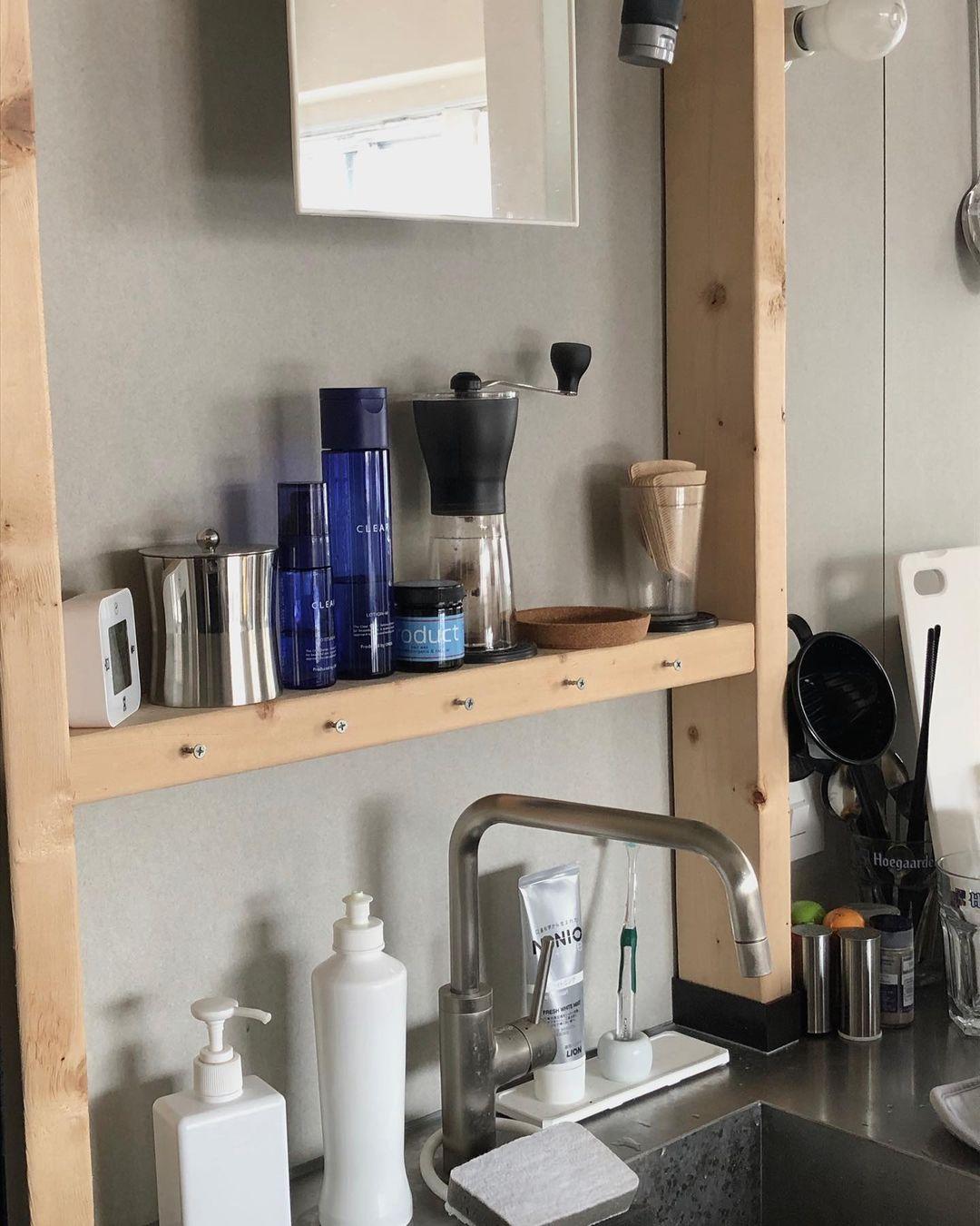 洗面台も兼ねているため、足りない収納や鏡の置き場所はラブリコパーツと2×4材で自作。