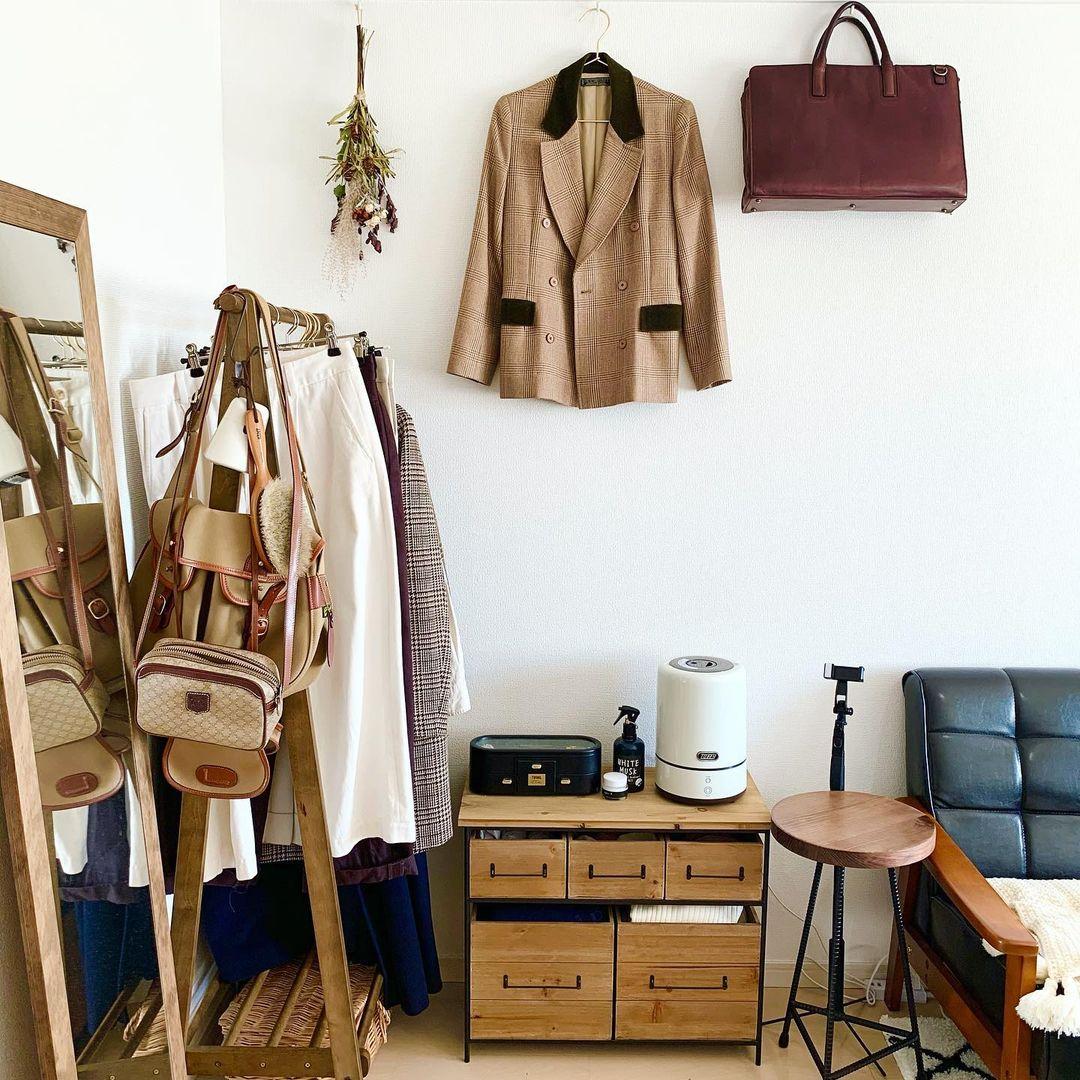 壁を楽しく飾るには、アートなどを取り入れるのもいいですが、手っ取り早くおしゃれにしたいなら、お気に入りの服やバッグを飾ればいいのだ!と気付かされました。収納もできて部屋もおしゃれになって、一石二鳥です。