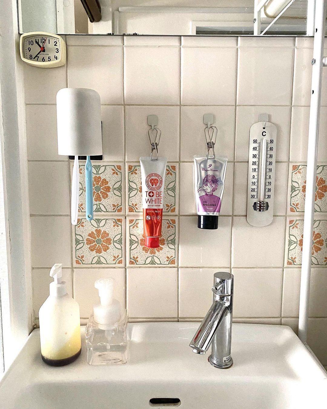 同じく洗面所の収納アイディア。歯磨き粉のチューブをピンチで挟んで、フックに引っ掛けて収納!