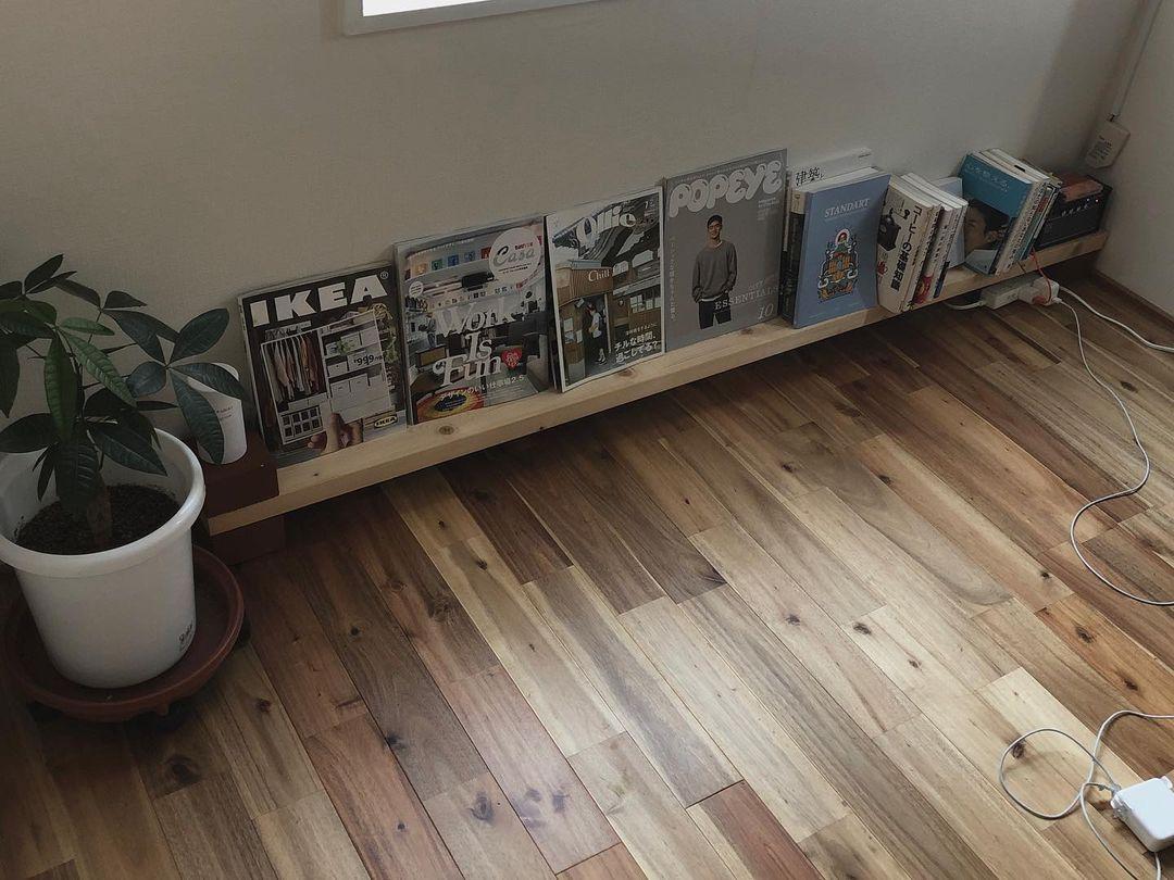 最もミニマムに本棚を作りたいならこれ!レンガに2×4材を載せただけのマガジンラックです。それだけでも、ちゃんと「収納」感が出ていいですよね。