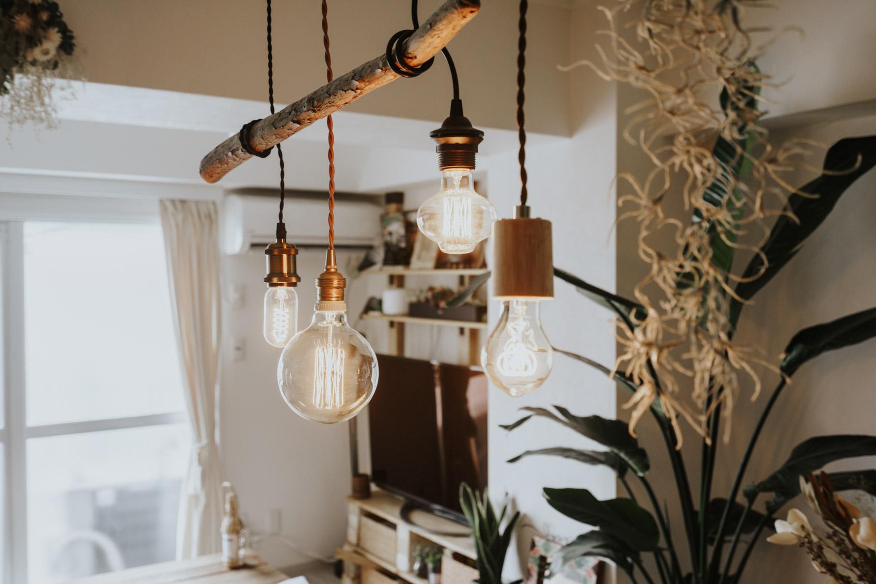 複数のソケットコードランプをそのまま吊り下げるのではなく、流木と組み合わせてまとまり感のあるおしゃれランプに。