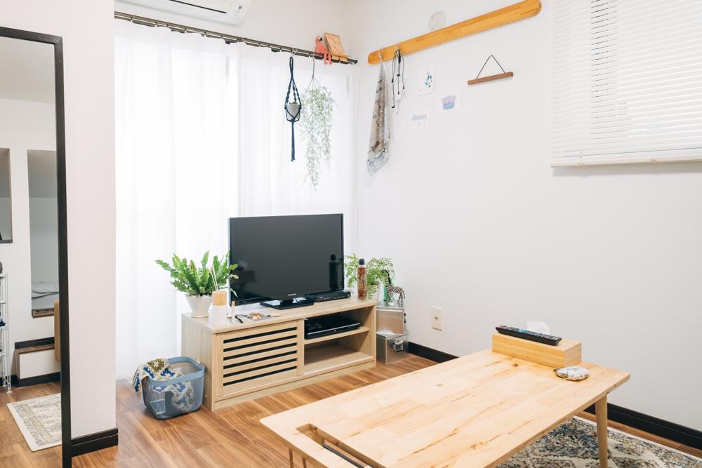 フローリングとセットで空間作りのために意識されたのがカーテン。シンプルにまとめられるため、柄物ではなく、色合いもお部屋の色数を増やされないように考えられていました。 「インテリアなどのアイテムを増やしてお部屋の雰囲気を変えるというよりは、カーテンやシーツなどで印象を変えて楽しんで行けたらと思っています。」