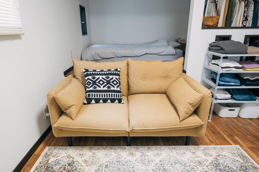 ロフトにある寝室スペースと仕切りの役割も果たしているのが楽天で購入されたソファ。お部屋の中でも滞在時間の長い、お気に入りのインテリアです。 「キャンバス地で可愛らしすぎず、カジュアル過ぎないところが気に入って買いました。 ソファーは大きいので存在感が出そうですが色も部屋になじんで圧迫感なかったのも良かったですね。」