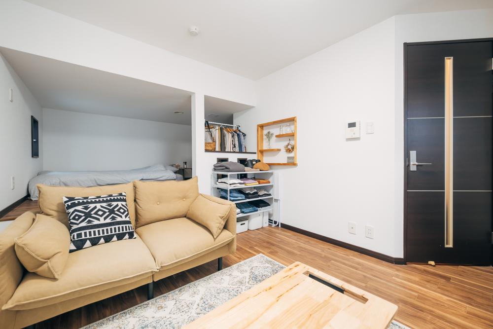 DIYと収納アイデアで住み心地の良い空間に。24.79㎡のワンルーム・インテリア