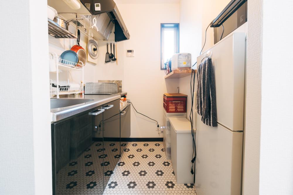 「キッチンの床をモノトーンの六角形のタイル柄にして空間を見た目で分けました。料理自体あまり得意ではないので、まずはキッチンに立つ楽しみを作ろうと思いフローリングシートを変えようと決めましたがデザインもいくつか見ながら選んだものなので、とても気に入っています。」