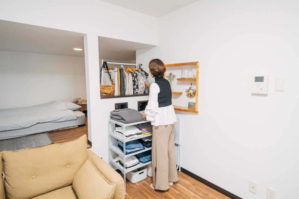 「ハンガーラックと棚を後ろと前に並べて見えるように置き、その中でコーディネートができるようにしました。部屋に合わせて臨機応変にパズルみたいに組み合わせるのが好きです。」 一目でコーディネート出来て、そのまま出かけられるのも良いですね。