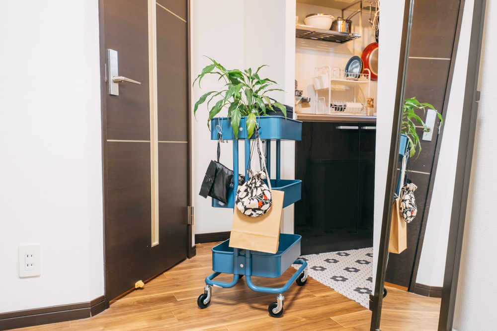 自分好みのシンプルな空間を作られたからこそ、その空間が崩れないように。細々としたアイテムは収納と移動のどちらも行い易いものを意識されていました。植物やポーチ類はワゴンを使ってお部屋の中でもレイアウトし易いように。