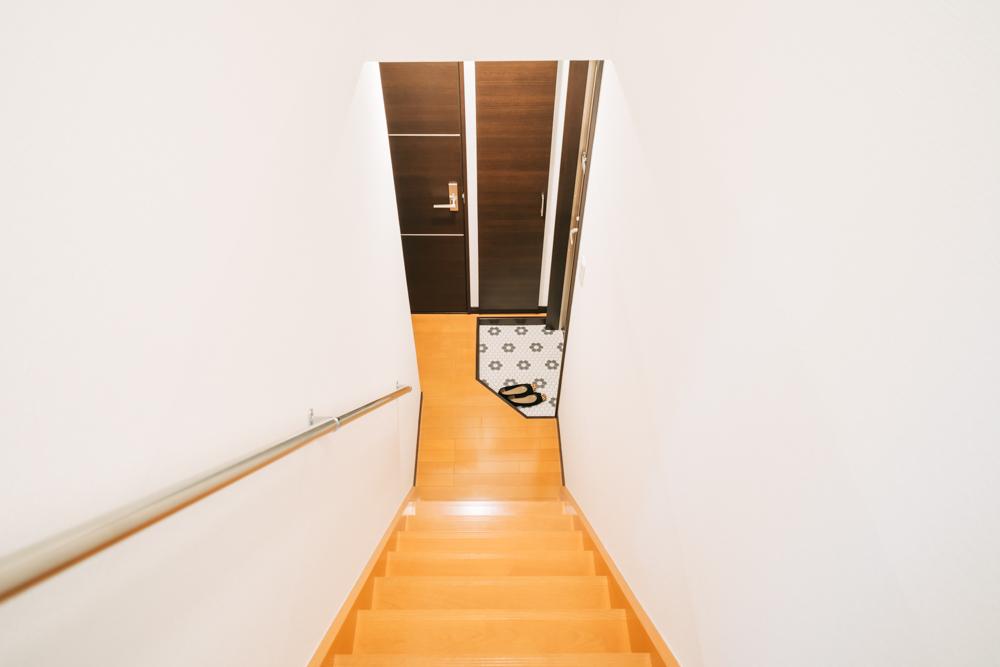 水回りがまとまっている1階部分と比較すると、確かに色が違うことが分かります。 フローリングシートを貼るのは今回が初めてだったと話すzakisan_miiさん。先輩の手も借りながら入居のタイミングで一新。室内の印象を大きく変えています。