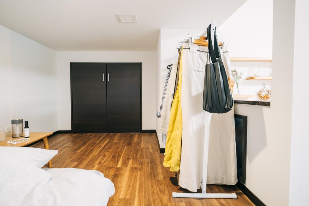 ロフトスペースの奥にあったのが収納スペース、ただ奥まったレイアウトもあり、活用が難しかったそう。 「クローゼットの広さと位置には悩みました。丈のある洋服は収納できず、コーディネートするにも一旦、ロフトを出ないと全身が見えずで今では、日常的には使わないものを入れるスペースになっています。」