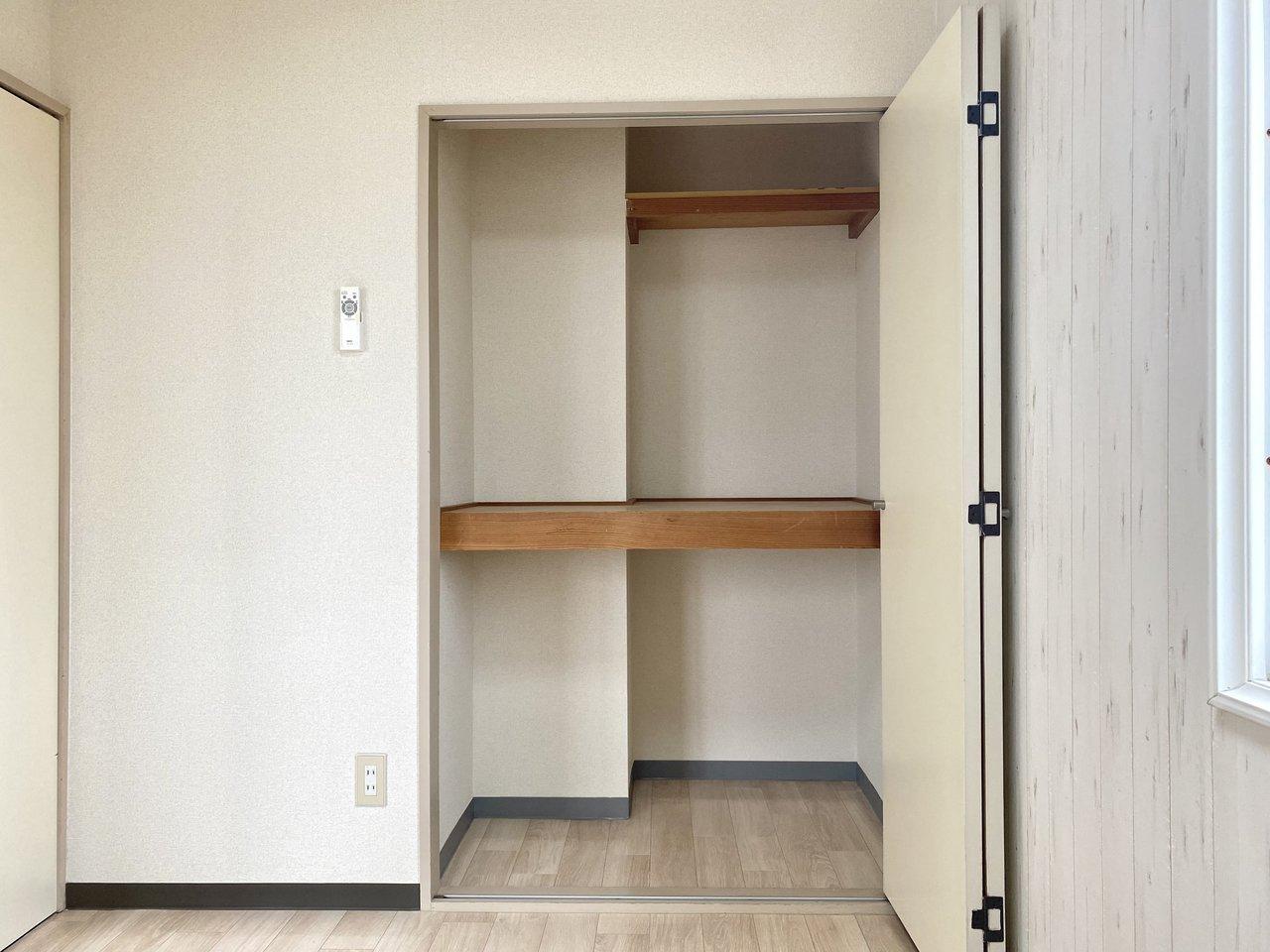 寝室にある収納スペースは奥行きもあり、2段に分かれているので整理整頓がしやすそうですね。