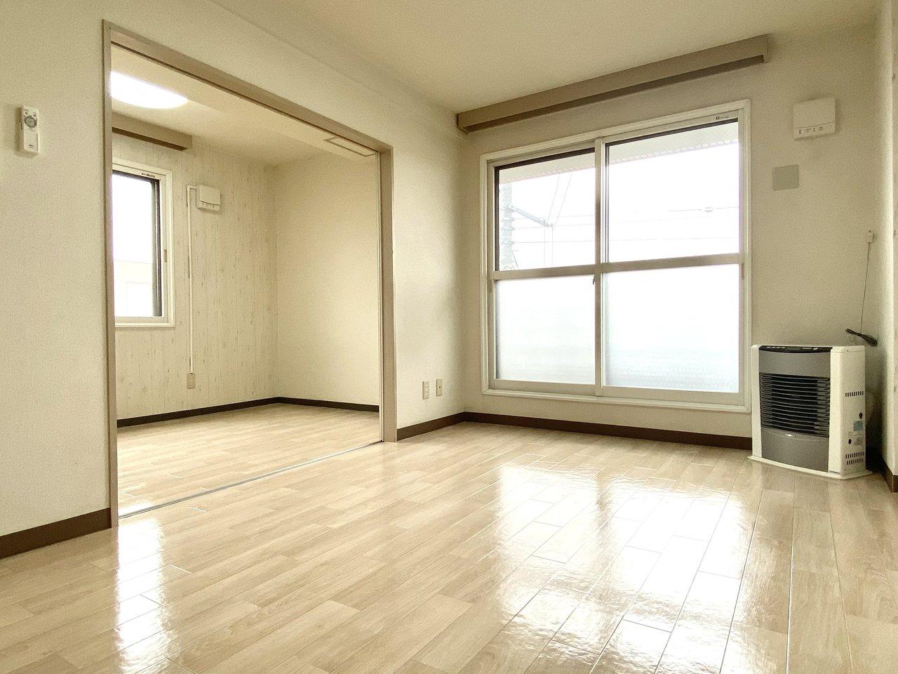 リビングと寝室は隣り合わせに。寝室は5.1畳あるのでダブルベッドも置けますね。一人暮らしではワークデスクとセットで置いてもいいかも。