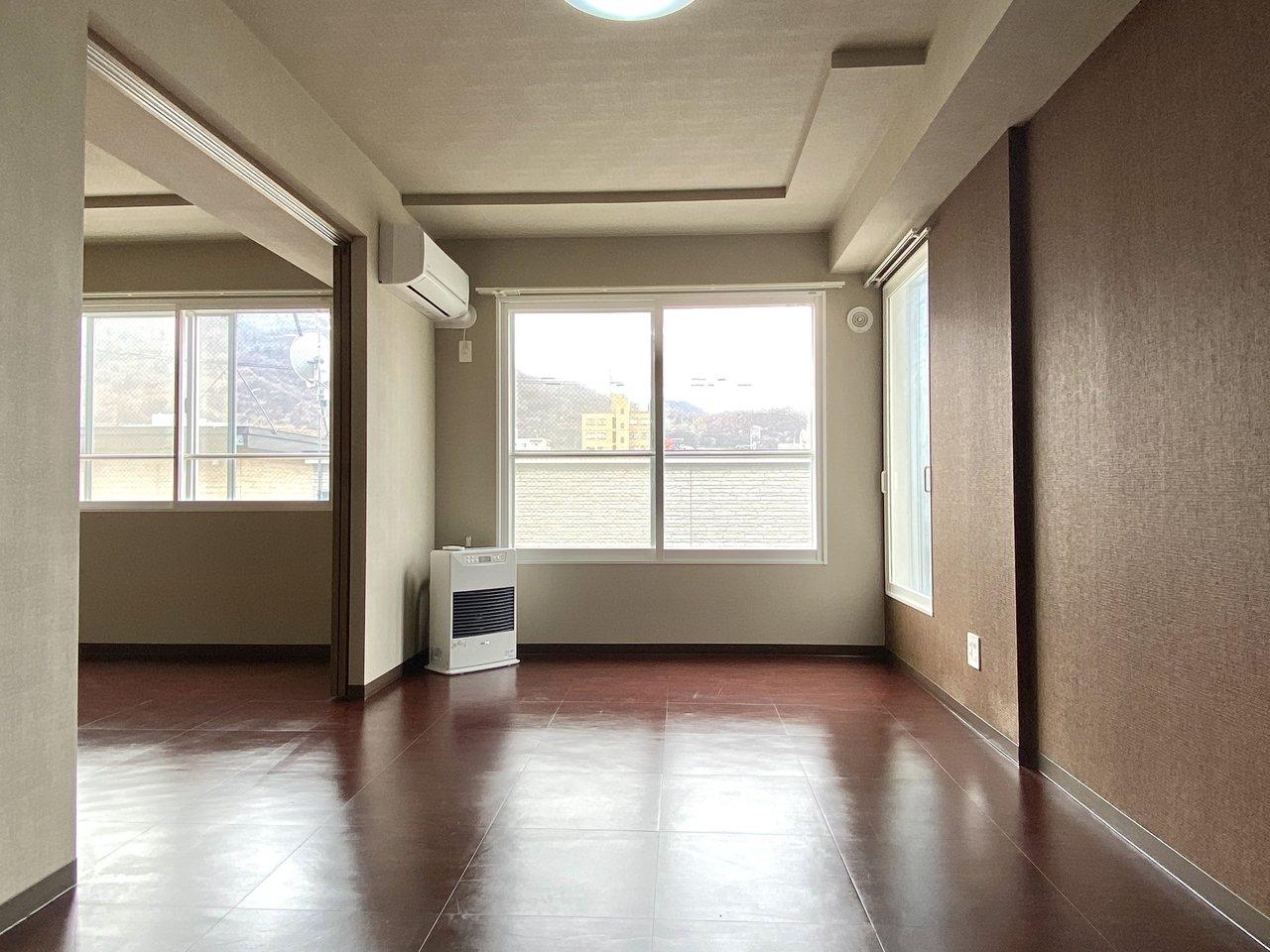 こちらも寝室と洋室が隣り合わせになっているタイプの間取り。二面採光になっているので、明るさを感じられます。