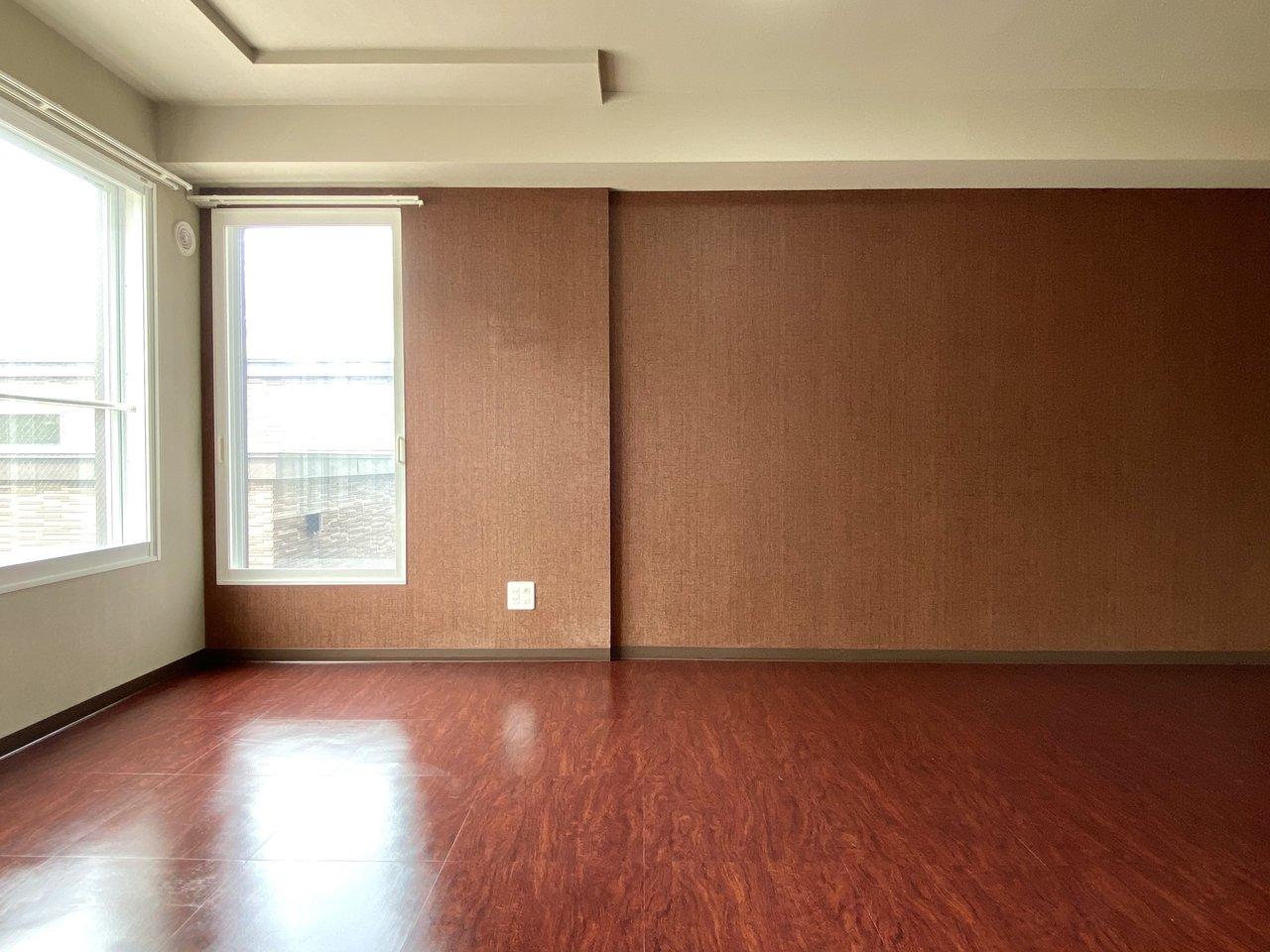 床・壁ともに温かみのあるデザインになっています。暖色系のライトで照らすと、より落ち着きのあるお部屋になりそう。
