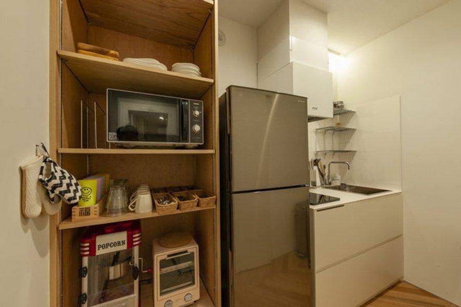 シェアキッチンも清潔感がありますね。電子レンジやIHコンロなどが揃っているので、簡単な調理であれば難なくできそうです。