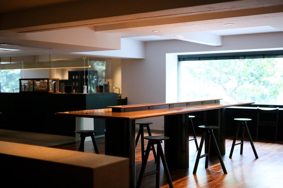 窓際席、コンセント付きの席、ソファ席など、場所によって気分も変えられそうなカフェラウンジ。ホテル利用者は24時間利用可能、といううれしいサービスも。