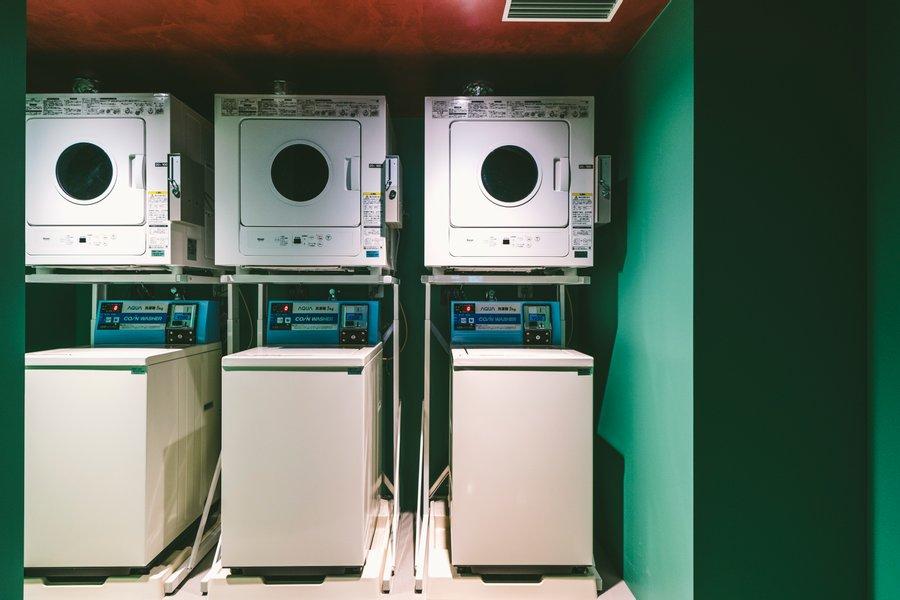 共用のコインランドリーや、電子レンジも完備。洗濯や簡単な調理をホテル内で完結できるのは、うれしいサービスです。