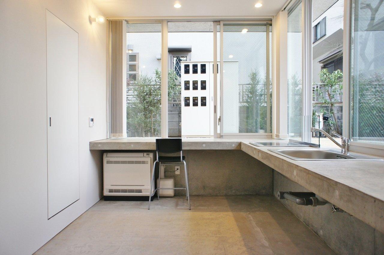 玄関から階段を少し降りると、カウンター付きのキッチン!窓に囲まれて明るい印象です。