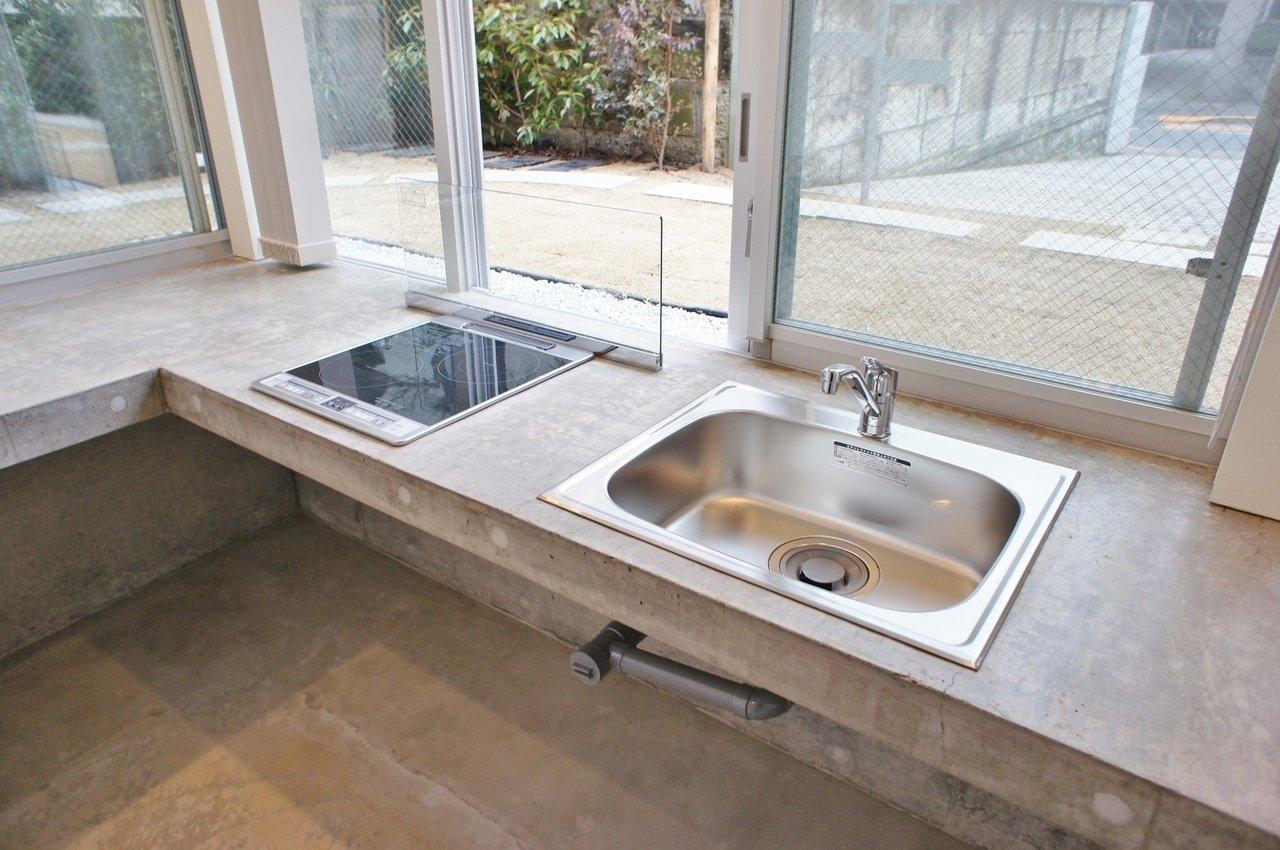 2口IHコンロで同時調理可能。窓際にズラリと調味料を並べたら素敵ですね。土間なら水や汚れも平気なので、思いっきりお料理をお楽しみください。