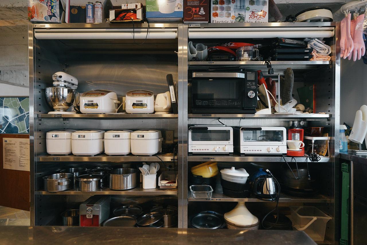 またキッチンやバストイレなどは共有で利用するのが一般的。掃除や料理が当番制だったりすることもあるので、家事のシェアも可能です。大型の家具を所有するとその分動きづらくなるので、持ち物を抑えてフレキシブルに暮らしたい方にはおすすめです。(画像の物件はこちら)