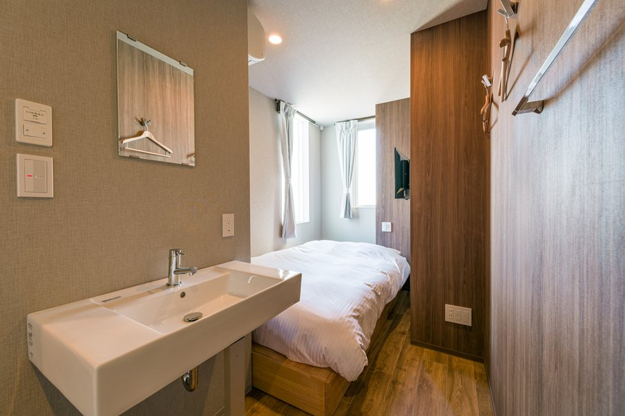 東京、浅草合羽橋近くにあるホテル。12㎡の「ダブルルーム」は収納スペースがない分すっきりとした印象のお部屋。(ハンガーをかけるところはあります!)簡易なデスクと椅子もご用意いただけるそう。