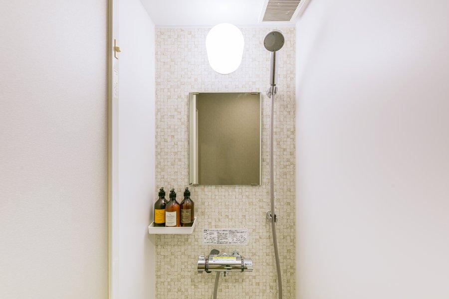 共有のバストイレ利用は気になる、という方にはうれしいのが、専用のシャワールームとトイレがあること。独立洗面台もありますよ。